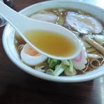 五芳斉 - ワンタンメンデラックスのスープ