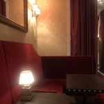 マディソン ニューヨーク キッチン - 店内。案内された席。