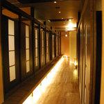 武蔵 - 店内通路。間接照明でやんわりな雰囲気♪