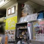 味の札幌 - メニューと店内風景