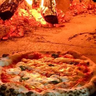 薪窯で焼くナポリピッツァ