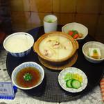 新三浦 - お一人様用の水炊きセットもあります。 がめ煮などの小鉢が付いて、1,950円です。※見本