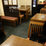 新三浦 - テーブル席とお座敷があります。 本店のように和服の仲居さんはおられませんが、水炊きコースを頼むと係の方がサービスにあたってくれます。