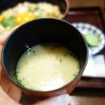 新三浦 - 丼ものを頼むとセットに付いている濃厚鶏スープ。
