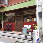 粉屋 - 商店街のメインストリートより少し離れた静かな界隈にありますが、 お客さんが次々とやってくる繁盛店です。