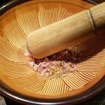 焼麺 劔 - 鰹節と魚粉を磨り潰す