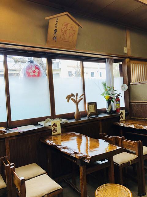 粟餅所・澤屋 - 窓際に粟の現物が飾ってありますね!店内は趣があるレトロな空間( ^ω^ )ずーっと居たくなります。