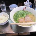 うま馬 祇園店 - ラーメン600円+無料ご飯(ランチタイムのみ)。大きめのラーメン鉢に熱いスープがたっぷりです。