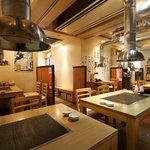 シンちゃん - 排煙のダクトが迫力な店内 焼肉屋の割りには匂い付きにくい