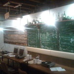 10135304 - 壁には黒板にメニューが・・・