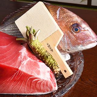 天然にこだわった当店のおすすめ。豊洲で仕入れた鮪と千葉産の鯛