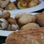 ナチュラーレ - 国産小麦やオーガニック小麦などを使ったパンはテイクアウトも可能。30種類ぐらいのレパートリー