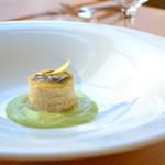 ジェノヴァ - 黒トリュフ、フォアグラ、セロリラブのミルフィーユ グリーンピースのソース