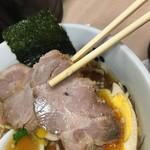 Asakusa Ramen Yoroiya - チャーシュー平面6×5㎝ぐらい