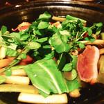 蕎喰いまとみ - 煮込み葱の白い部分など固い所をじっくり煮込みながらある程度煮込まれたら鴨と葱の薄い部分を30秒程度の煮込みで頂きます♪