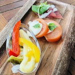 カフェ&ピッツァレストラン スターダストガーデン - アンティパスト 前菜盛合せ 島野菜のピクルス トマトとモッツァレラのカプレーゼ 宮古マグロのカルパッチョ
