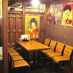 波平キッチン - 部屋の隅にある落ち着いたテーブル席