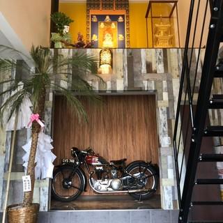 アジアン風の店内には、ライダー垂涎のプレミアバイクが…!