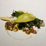 101402376 - フランス産ホワイトアスパラガス イタリア産スキャンピ ウルイ ホタテ アワビ サザエ ラビゴットソースと蜂蜜のソース