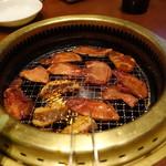焼肉じゃんじゃん亭 - 肉を焼いています