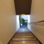 香味家 - 階段。 この天井の低いところに注意