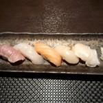 鮨 肉 酒肴 志 - にぎり つぶ、ほたて、サーモン、おひょう、14日熟成まぐろ