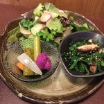 ジャム cafe 可鈴 - 【週替わりランチ(1,050円)】(奥)グリーンサラダ、(左)自家製ピクルス、(右)青菜の胡麻和え