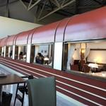 トレインレストラン日本食堂 - 食堂車をモチーフにした店内・・・この中は満席で食事できませんでした。