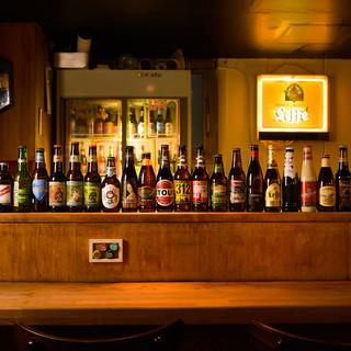 8種類のドラフトビールと、世界のクラフトビールも50本以上!