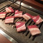 101445324 - 三元豚のサムギョプサル 焼き焼き風景
