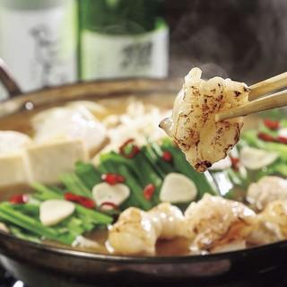 """自慢は""""焦がしもつ鍋""""。炙った「和牛もつ」の旨味を愉しんで。"""