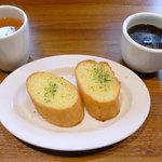 10146175 - スパゲティセットのドリンクバー(ホットコーヒー)・スープと、ガーリックトーストセットのガーリックトースト
