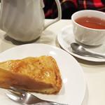 喫茶室ルノアール - ホットアップルパイ(460円)、ホットティー(590円)