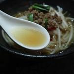 留園 - 台湾ラーメンのスープ