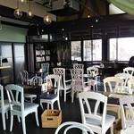 テンラン カフェ - 広い店内。窓際にカウンターもある