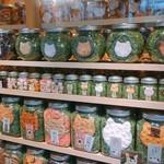 和泉屋 - 店頭の瓶詰めニャンコ達
