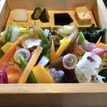 101496689 - 合わせ箱(山):豊後牛 冠地鶏 ゆふいん野菜 香の物(なます) 味噌汁