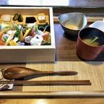 101496710 - 合わせ箱(山):豊後牛 冠地鶏 ゆふいん野菜 香の物(なます) 味噌汁