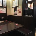 牛たん炭焼き 利久 - 店内のテーブル席です