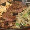 鉄板焼 薩摩ホルモン舗 - 料理写真:ロースステーキとホルモン