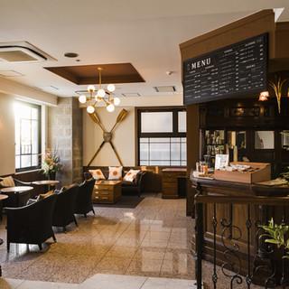 ロンドンから輸入したアンティーク家具が配され、雰囲気がよく居心地のいい空間。