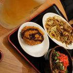 長田本庄軒 - ツレは焼きそば、ぼっかけコロッケ、オーダーミスのぼっかけめし(無料)と他店で生ビール(笑)