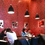 ラ ブティック ドゥ ジョエル・ロブション - 店内イートイン 赤を基調にしたシックな雰囲気