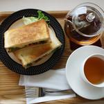 よかもんカフェ - バジルチキンホットサンド300円。 それに、食事とセットに出来るドリンクメニューの中から、+200円の『はるのきハーブブレンドティー』。