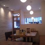 イタ麺 - 白を基調とした明るい店内(正面に見える木目がちょっとイヤらしい)