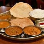 南インド料理ダクシン - 南インド肉料理ミールズ@2,050円:全景