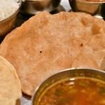 南インド料理ダクシン - 【南インド肉料理ミールズ@2,050円】プーリ(揚げパン)