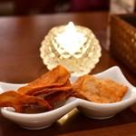 南インド料理ダクシン - お通し:ポテトチップス(辛)