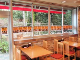 権現湖パーキングエリア上り線 スナックコーナー・フードコート - 店内。野菜たっぷりちゃんぽんのポスターがいっぱい。