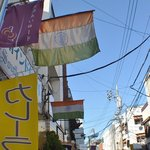 南印度ダイニング - 青空に映える印度の国旗